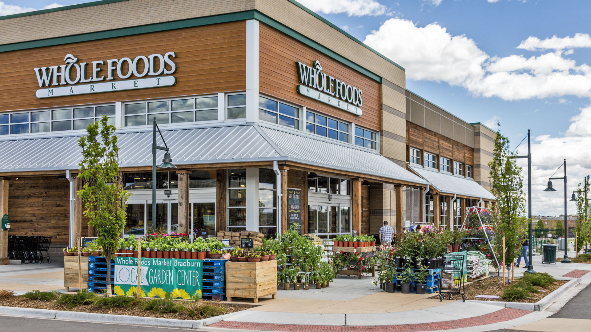 <p>All residences are within a short walk of the village's commercial core, with 100,000 square feet of shops, restaurants, offices and a newly opened Whole Foods Market.</p>